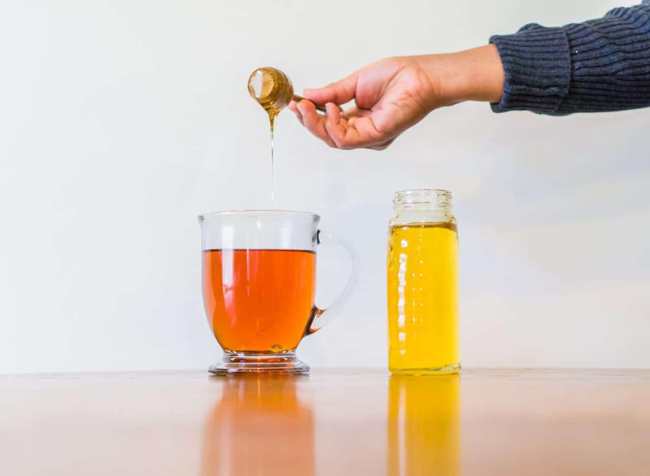 كوب ماء دافئ مع ملعقة عسل